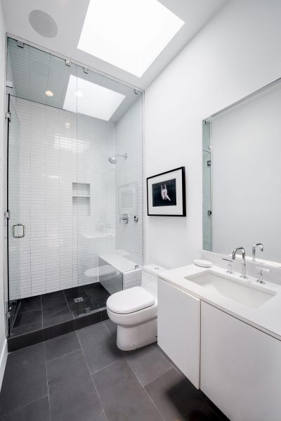 Contrasting tiles in bathroom